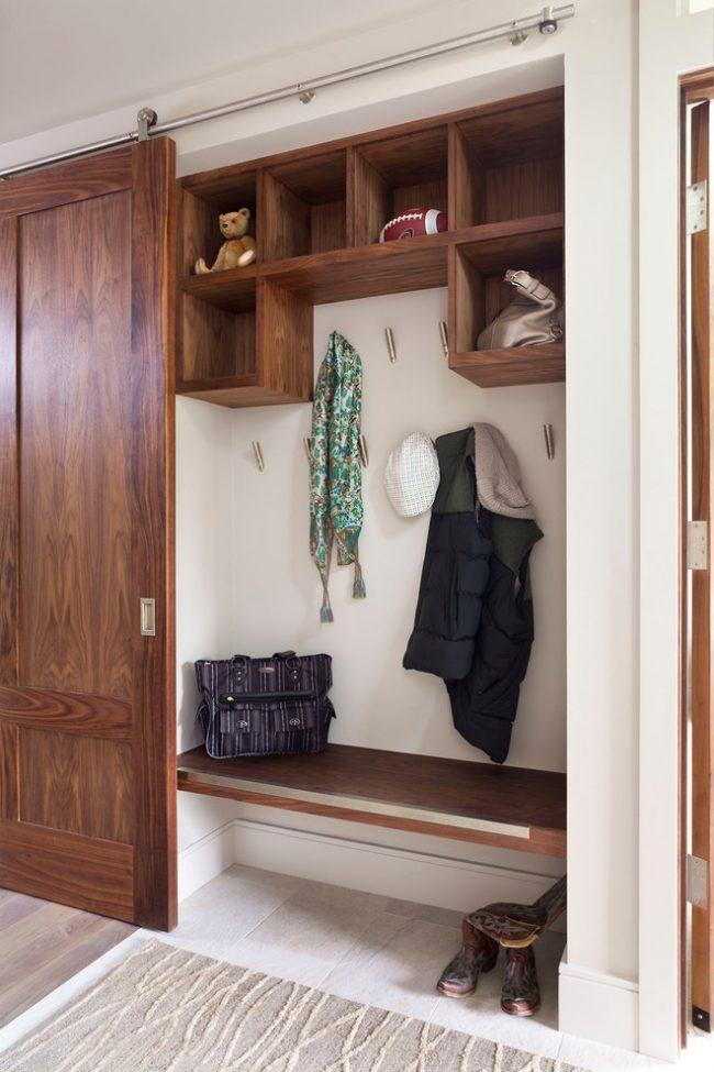 Armoire coulissante dans le couloir avec étagères et crochets pour vêtements d'extérieur