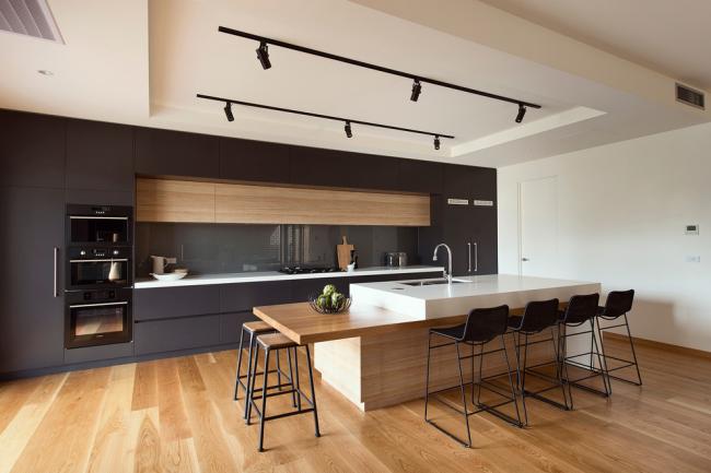 Le parquet a l'air chic à l'intérieur de la cuisine moderne
