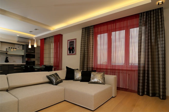 rideaux de fil rouge dans le salon sur les fenêtres