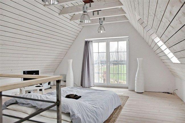Chambre de style scandinave avec rideaux à rayures grises