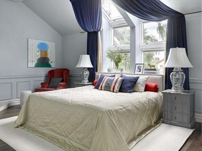 Rideaux épais luxueux en bleu foncé dans la chambre mansardée