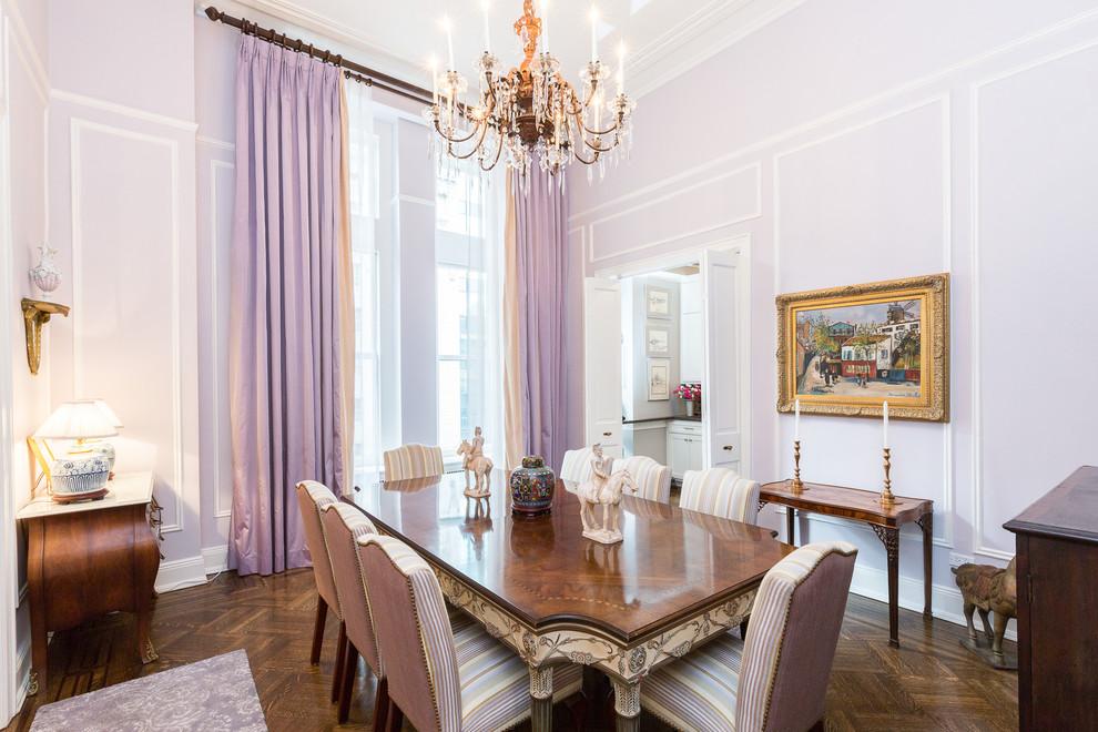 Des rideaux violets cendrés exquis donnent le ton à toute la pièce