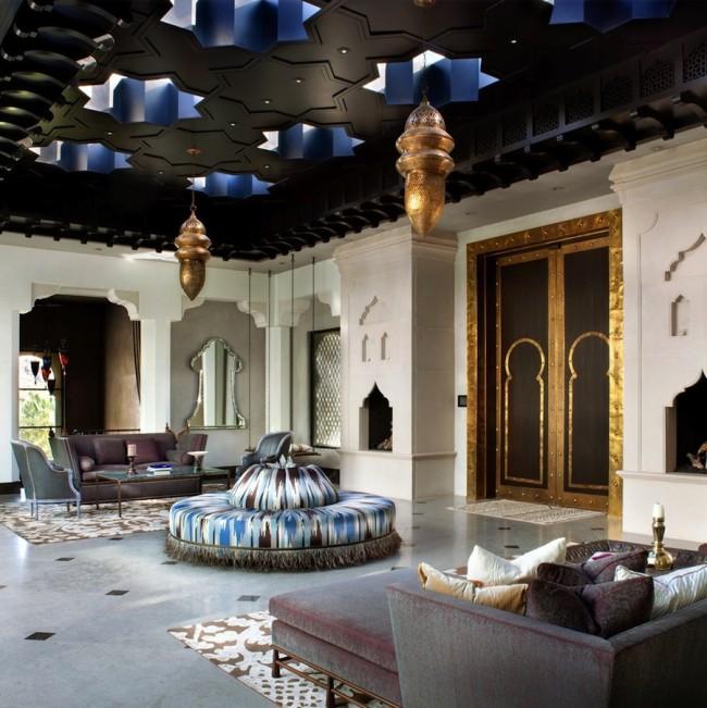 Petits lustres orientaux dans un salon turc spacieux