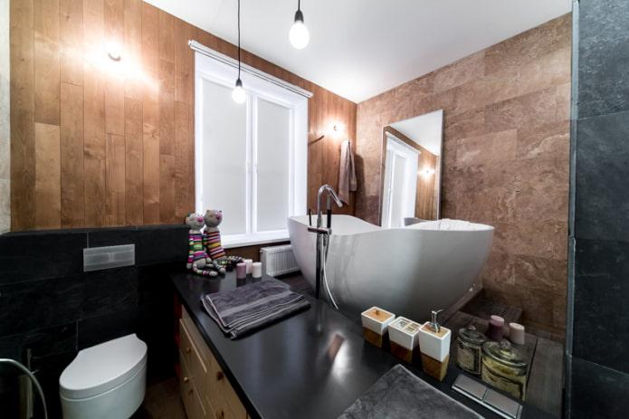 rideaux à la fenêtre de la salle de bain