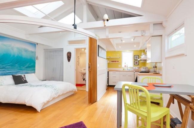 Salon et chambre dans une pièce.  En planifiant avec compétence l'espace compact d'un appartement en ville, vous pouvez obtenir un logement incroyablement confortable et fonctionnel
