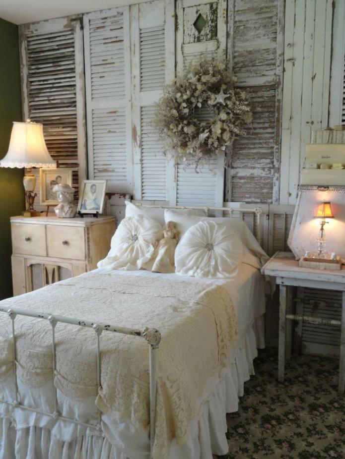 le mur d'accent à l'intérieur de la chambre est décoré de planches vieillies