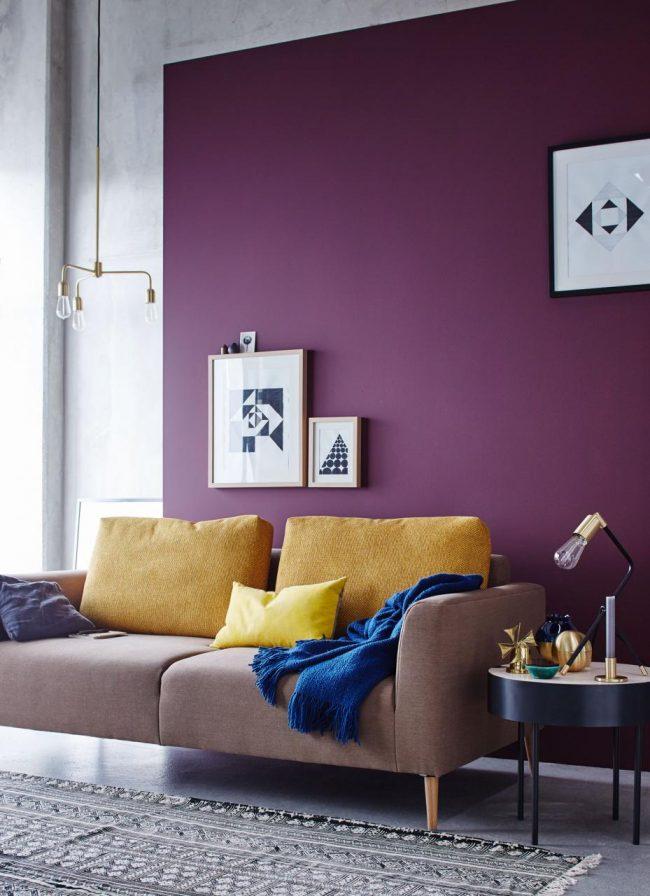 Lilas saturé à l'intérieur du salon, utilisé pour mettre en valeur l'espace détente