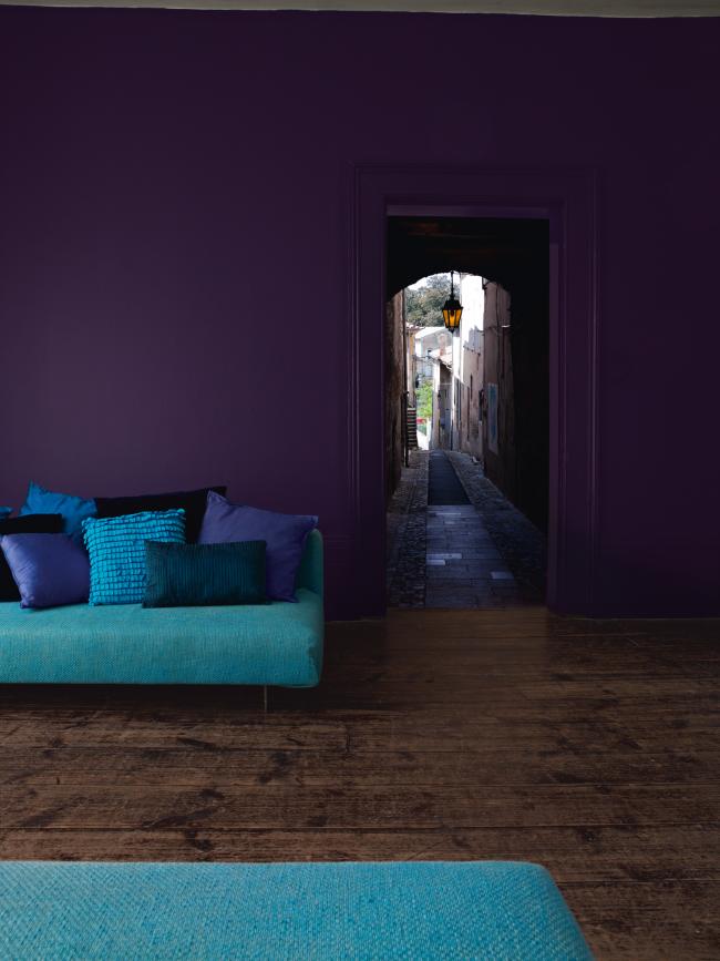 Un salon très atmosphérique dans une maison privée.  Faites attention à la façon dont le papier peint lilas d'une profondeur laconique est combiné avec des meubles dans des tons bleus et un parquet en bois massif naturel.