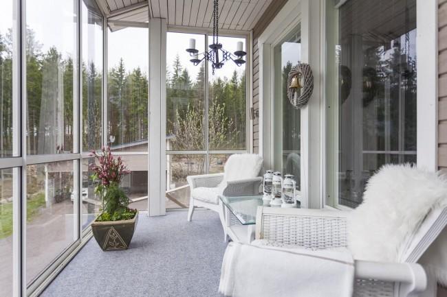 Le vitrage encadré de la terrasse est plus facile et moins cher que le vitrage sans cadre, mais il a l'air banal