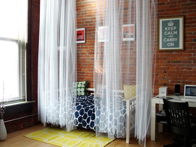 Même dans un intérieur de style loft, le tulle clair a fière allure.