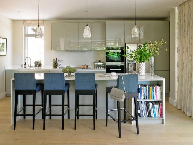 Cuisine moderne avec un ensemble brillant et une combinaison de rideaux au sol avec des rideaux romains