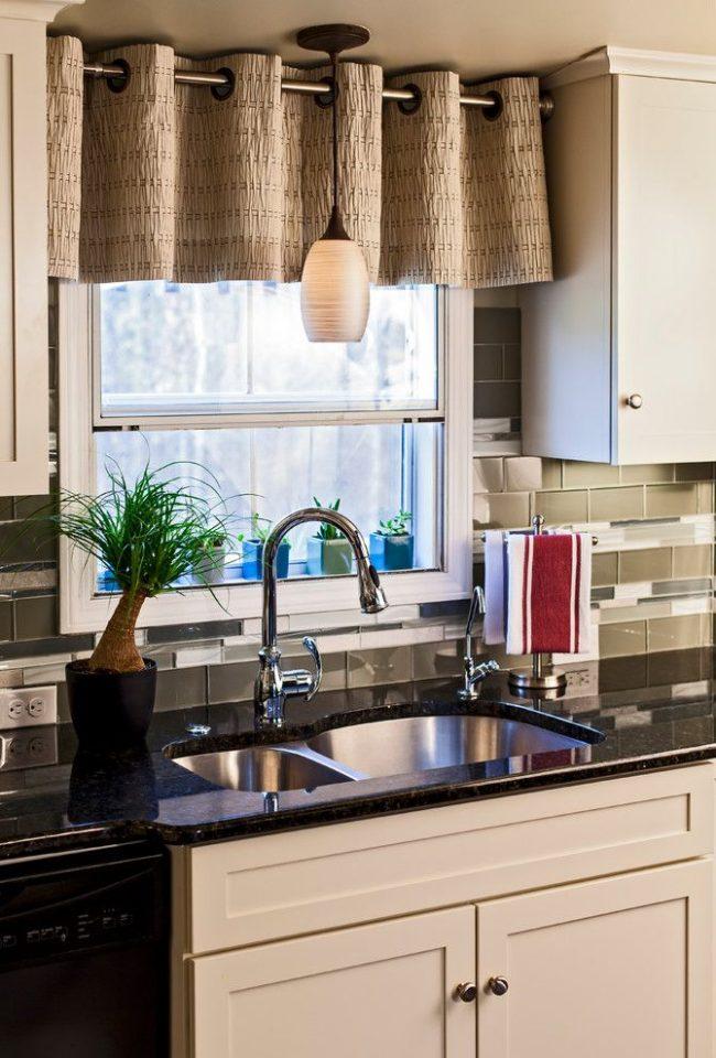 La disposition compacte des meubles de cuisine près de la fenêtre en combinaison avec des rideaux courts est une excellente option fonctionnelle pour décorer la cuisine