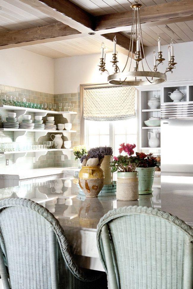 Rideaux courts texturés épais en tissu naturel pour un intérieur de cuisine distinctif
