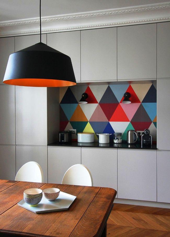 Le mur de la cuisine s'intègre parfaitement et de manière compacte dans l'évidement