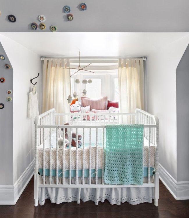 Une petite niche solaire peut accueillir un lit bébé