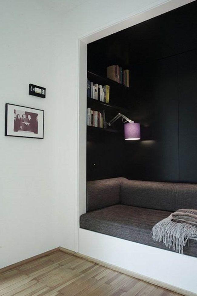 Petit canapé confortable dans le mur