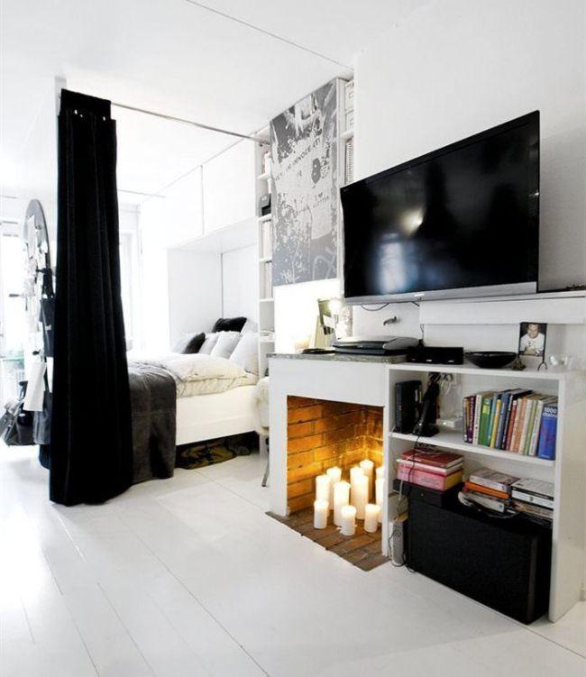 Un lit double est situé de manière compacte dans une niche