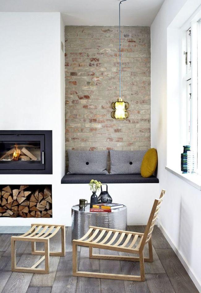 Dans une petite niche près de la fenêtre, vous pouvez placer un canapé avec des oreillers
