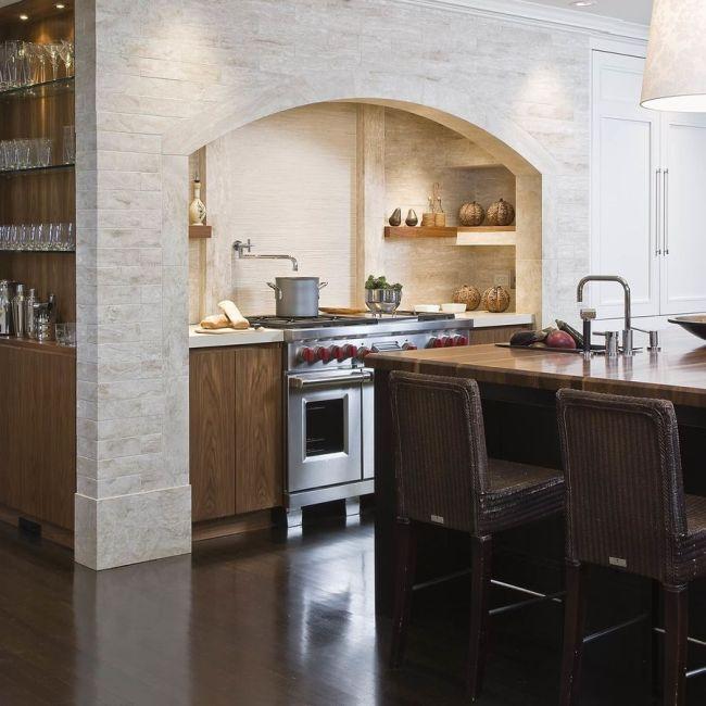 Les meubles de cuisine sont cachés dans une porte voûtée - une vraie maison