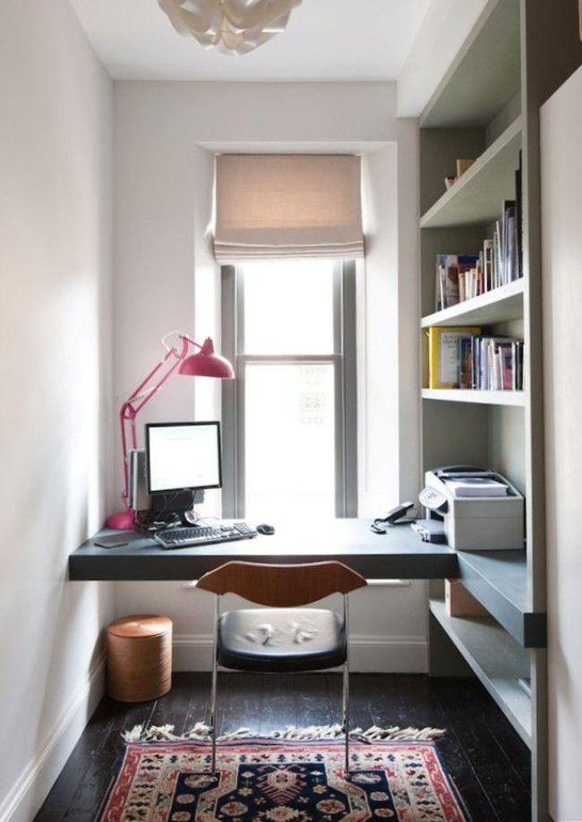Dans une niche spacieuse, vous pouvez équiper un bureau d'étagères pour les livres