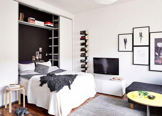 La tête du lit est située de manière compacte dans une niche