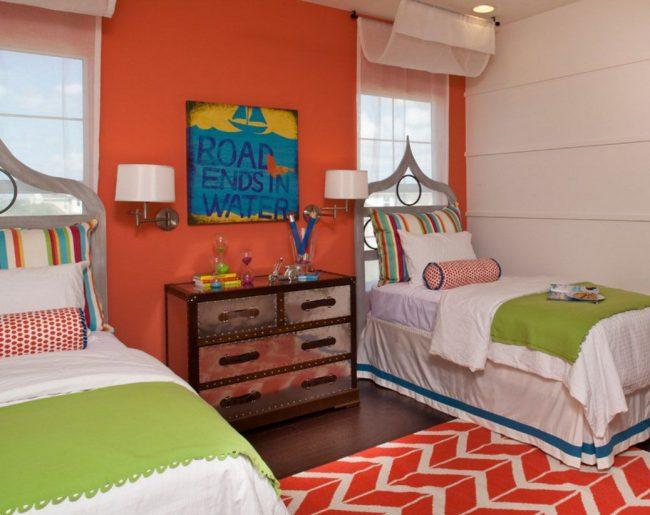 La disposition symétrique des lits avec une tête de lit sur une fenêtre dans une chambre d'enfant peut être une technique de conception habile.