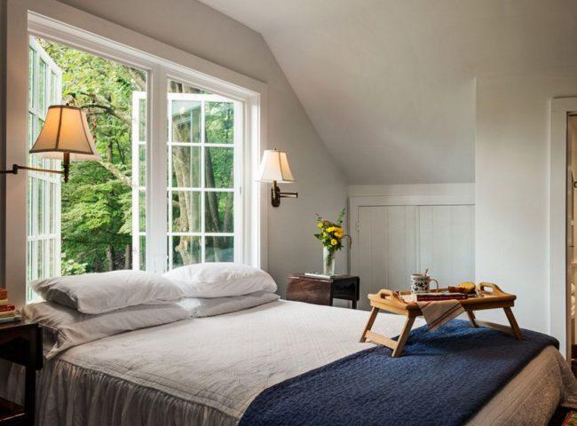En installant un lit avec une tête de lit basse à la fenêtre, vous pouvez faire les choses habituelles dès votre réveil et profiter de la vue magnifique depuis les fenêtres.