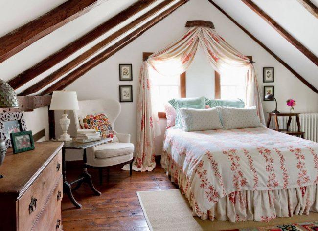 Vous pouvez installer un lit avec une tête de lit à la fenêtre du grenier : le plafond en forme de pentes de toit ajoute un confort particulier à la pièce