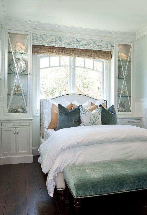 Les stores romains dans la chambre sont la meilleure option pour ceux qui souhaitent installer le lit avec la tête de lit vers la fenêtre.