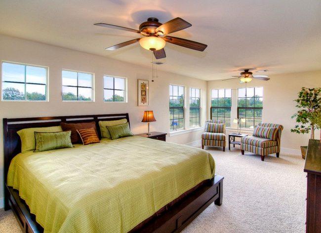 Un lit avec une tête de lit à la fenêtre peut être la seule option possible pour une maison de campagne