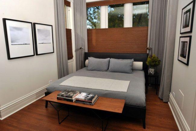 La quantité de lumière dans la chambre peut être ajustée avec des stores et des rideaux