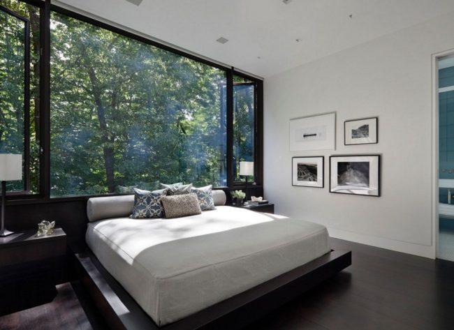 Un regard neuf sur la chambre à coucher : Ajuster le lit avec une tête de lit à une fenêtre mur à mur