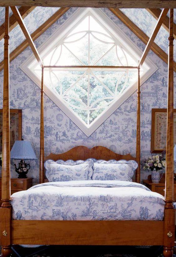 Lit avec une tête de lit à une fenêtre de forme non standard