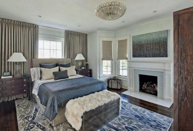 Une cheminée peut aussi être une source de chaleur dans la pièce, qui est mieux placée du côté du pied du lit.