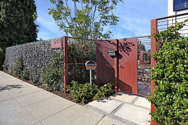 Le lierre pratique et nécessitant peu d'entretien peut être planté des deux côtés de la clôture