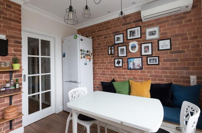 mur de briques d'accent à l'intérieur de la cuisine