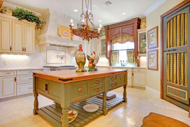 Des meubles à l'aspect vieilli mettent en valeur le style de décoration de cuisine choisi