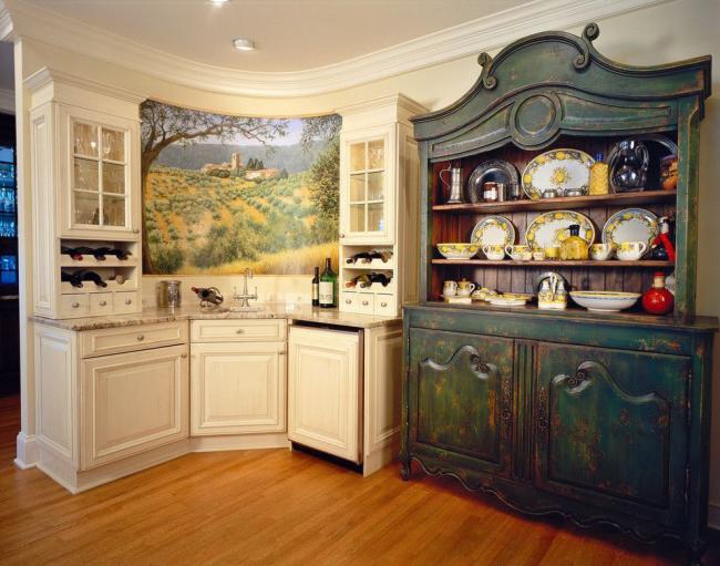 Une commode antique est parfaite pour un agencement de cuisine rustique
