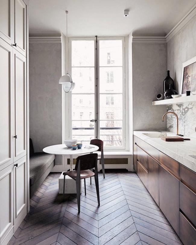 Petite table à manger ronde dans un intérieur moderne