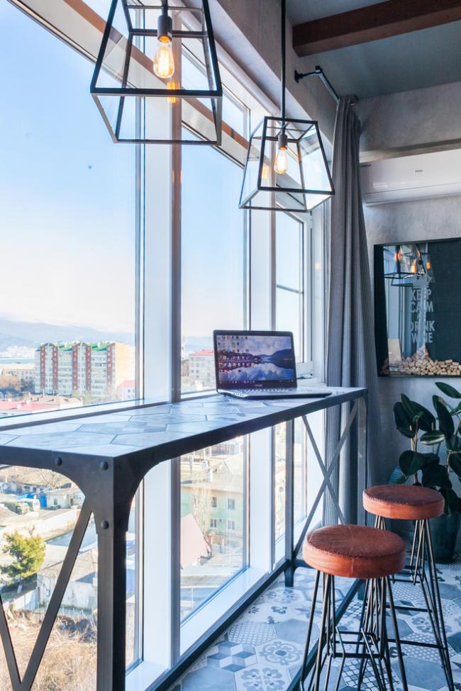 Comptoir de bar avec une belle vue depuis la fenêtre
