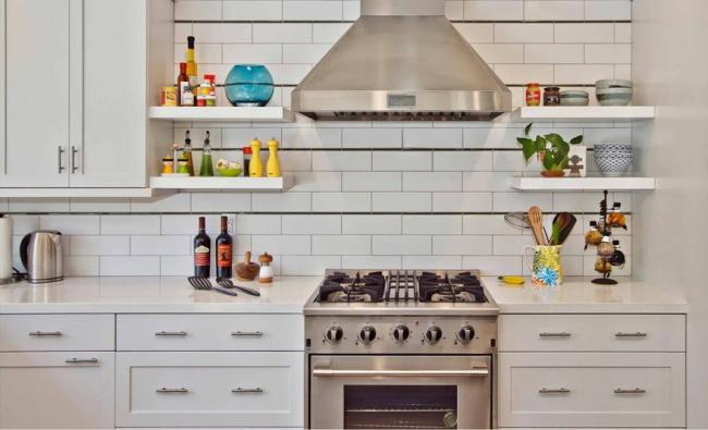 Les étagères de dosseret de cuisine sont l'endroit idéal pour les épices