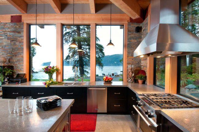 L'utilisation de l'espace par la fenêtre rendra la cuisine visuellement plus grande
