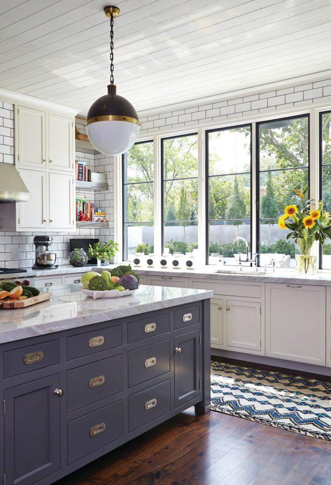 La surface de la cuisine le long de la fenêtre est un endroit idéal pour les improvisations culinaires et les décorations florales