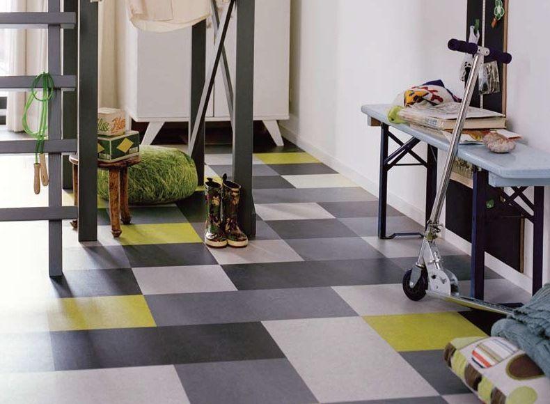 Linoléum avec un motif géométrique multicolore dans le couloir