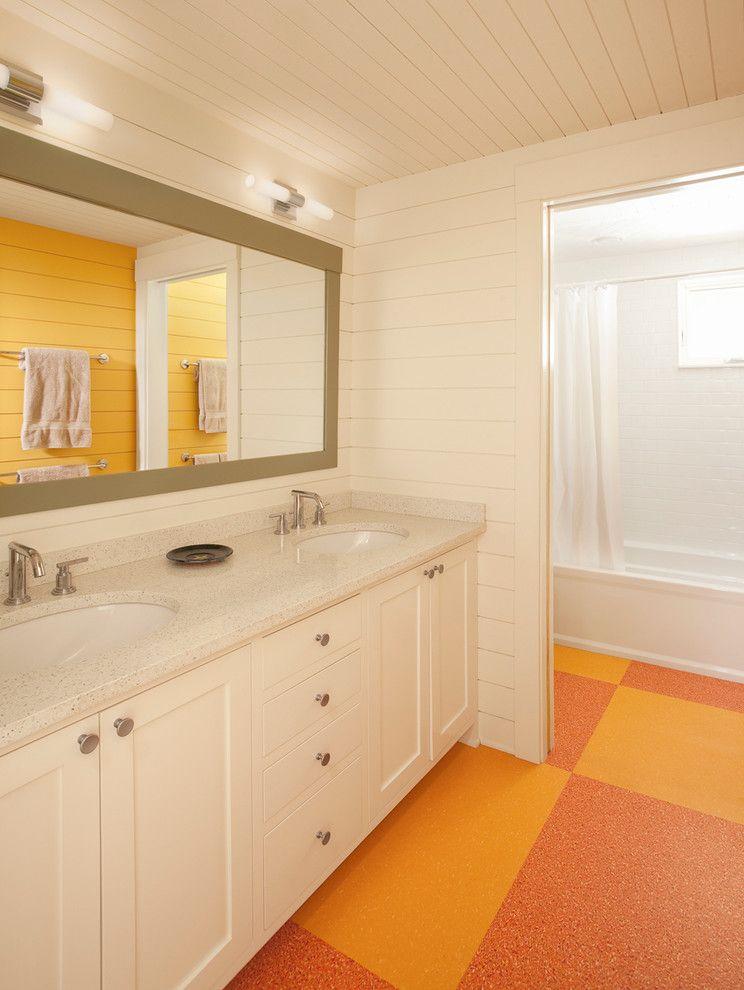 Linoléum jaune-rose dans la salle de bain