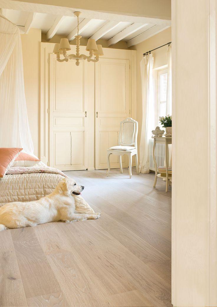 Stratifié clair dans une chambre beige