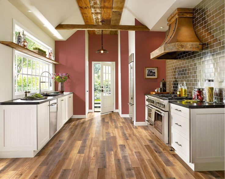 Stratifié dans diverses nuances de bois dans la cuisine