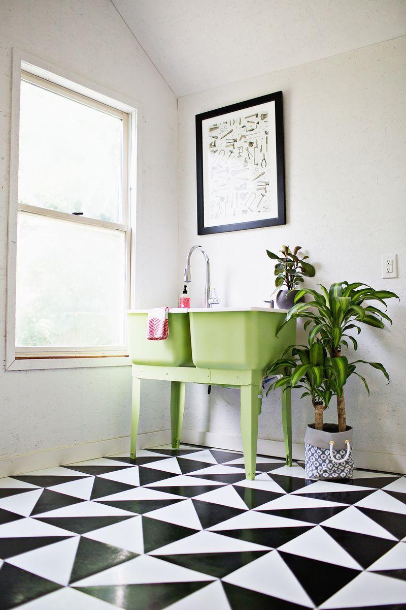 Linoléum à motif noir et blanc dans la salle de bain