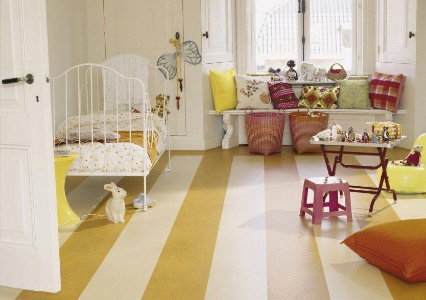 Linoléum à rayures blanches et jaunes dans la chambre des enfants