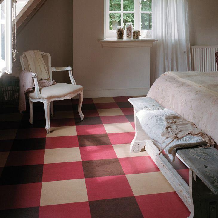 Linoléum à imprimé carré multicolore dans la chambre